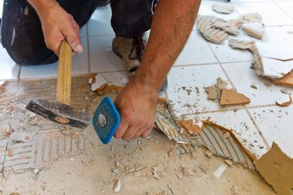 Die Renovierung uind Sanierung eines Badezimmers durch einen Bauarbeiter